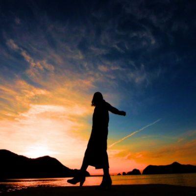 海を歩く女性